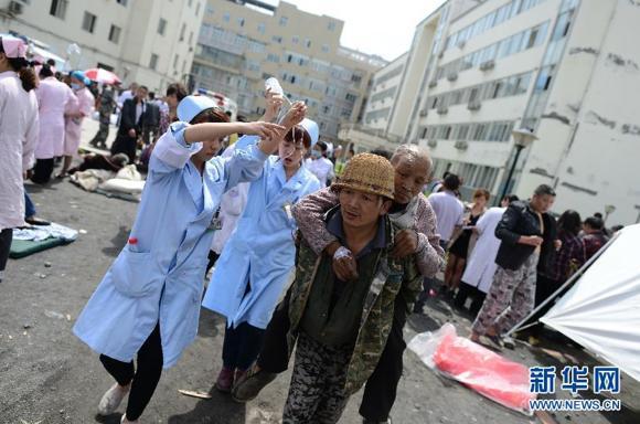 Soccorritori intervengono in una delle città colpite dal sisma - fonte: Cinanews