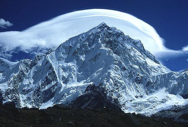 monte everest: la vetta più alta del mondo subisce gli effetti del