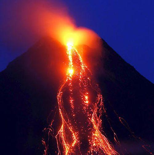 Il vulcano Mayon durante l'eruzione dello scorso 7 maggio