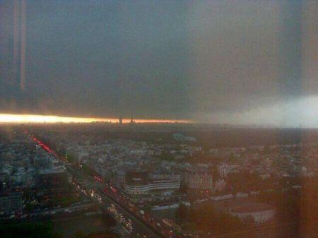 La foto del maltempo che sta per investire la città di Parigi questa mattina
