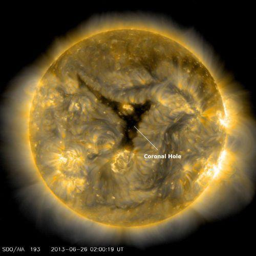 L'immagine attuale relativa al buco coronale ora posizionato sul fronte Terra - fonte immagine: Solaharm, NASA SDO