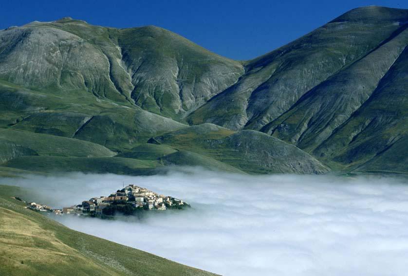 Castelluccio di norcia una perla sopra un mare di nuvole centro meteo italiano - Sopra un mare di specchi si vola ...
