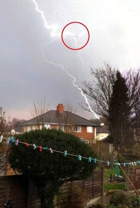 Fulmini colpiscono un aereo