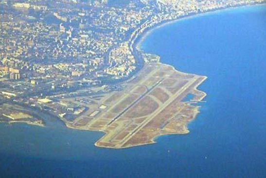 Aeroporto Nizza : Yacht si schianta contro le rocce chiusa una pista dello
