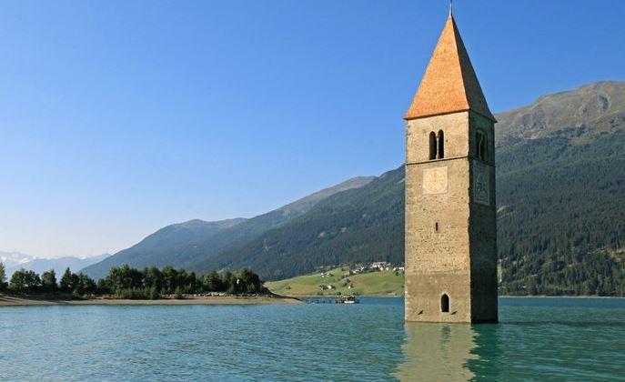 Un campanile emerge dalle acque, lo spettacolo di Curon ...