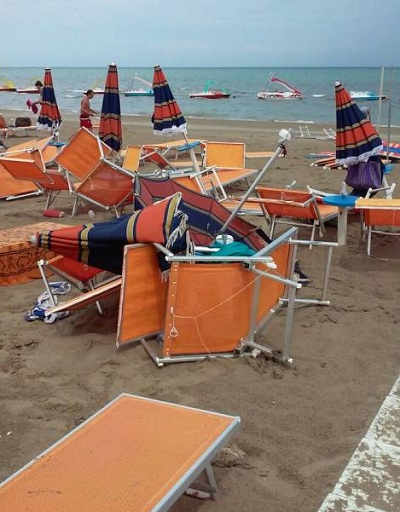 Tromba d aria a cervia tanta paura in spiaggia ma nessuna - Bagno anna cervia ...