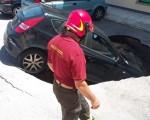 Paura nelle marche: si apre voragine nel terreno e risucchia un'automobile