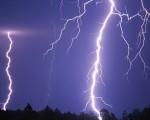 Temporale a Milano nella notte pioggia forte e città illuminata a giorno dai fulmini