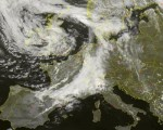 Frame satellitare che mette in evidenza l'esteso fronte perturbato che si accinge ad attraversare gran parte delle Regioni settentrionali. Fonte: Sat24.com