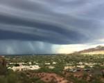 Incredibile tempesta in Arizona, con una spettacolare supercella che ha portato piogge torrenziali e forti venti su Phoenix.