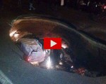 Terrore in strada: si apre enorme voragine e inghiotte 4 automobili. Decine i feriti