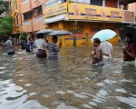 Ciclone Vardah in India i venti a 140 kmh hanno ribaltato anche le auto