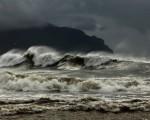 Mare in burrasca Tirreno e Ionio agitati con onde alte oltre 6 metri, locali mareggiate
