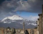 Ecco come si presentava il Vesuvio questa mattina, ricoperto di neve sino a quote collinari.  Fonte: http://www.ansa.it/campania/notizie/2017/01/15/neve-su-vesuvio-fino-a-bassa-quota_4e586145-1915-4299-b5f8-8a649fa98ec5.html