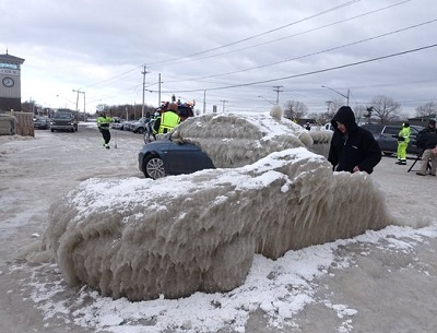 case coperte dal ghiaccio sulle rive del lago ontario con forti venti e gelo che hanno flagellato gli stati uniti nord orientali