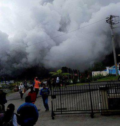 Eruzione in Indonesia: precipita elicottero di soccorso, 8 morti