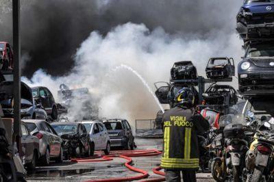 Roma, fiamme in autodemolitore: due ustionati