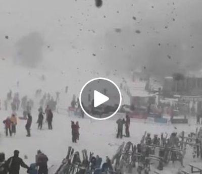 Nuovo Galles del Sud: fitta e spettacolare nevicata ripresa in un video poco fa. Il filmato (a pagina 2), mostra chiaramente l'intensità del fenomeno che secondo alcuni testimoni ''è ancora in corso''. 20 luglio 2017