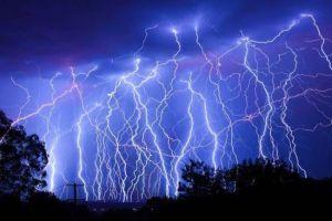 Maltempo, violenti temporali a largo delle due regioni: migliaia di fulminazioni in atto viste da moltissime città