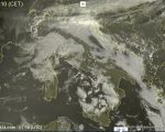 Nebbie e nubi basse sull'Italia, locali pioviggini sulla Liguria - sat24.com