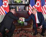 Trump-Kim Jong-un, a Singapore la stretta di mano: momento storico