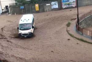 Nubifragio: violentissimo temporale trasforma le strade di Vibo Valentia in fiumi di fango. Vigili del Fuoco mettono in salvo numerose persone. La pioggia non sta smettendo di cadere