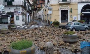 Maltempo, frana al sud: pietre scivolano fino in piazza
