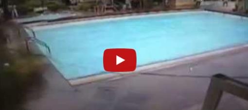 Arriva il forte terremoto e la piscina deborda