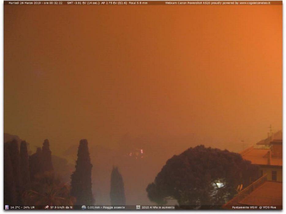 Vasto incendio nella notte in Liguria nei pressi di Cogoleto. Fonte cogoletometeo.it