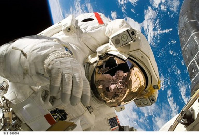 Cosa succede se si fluttua nello spazio senza tuta spaziale? Ecco la verità
