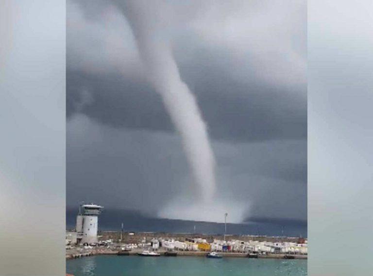 METEO GENOVA – MALTEMPO in Liguria, NUBIFRAGIO in atto con piogge torrenziali e tromba d'aria sulla costa