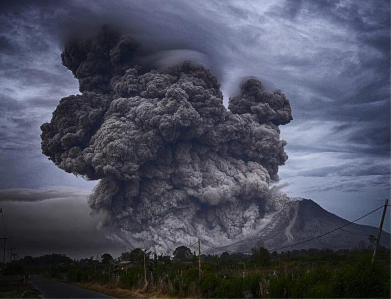 Il pericoloso vulcano è esploso: abitanti in fuga e scene di panico – VIDEO di quanto accaduto in Indonesia