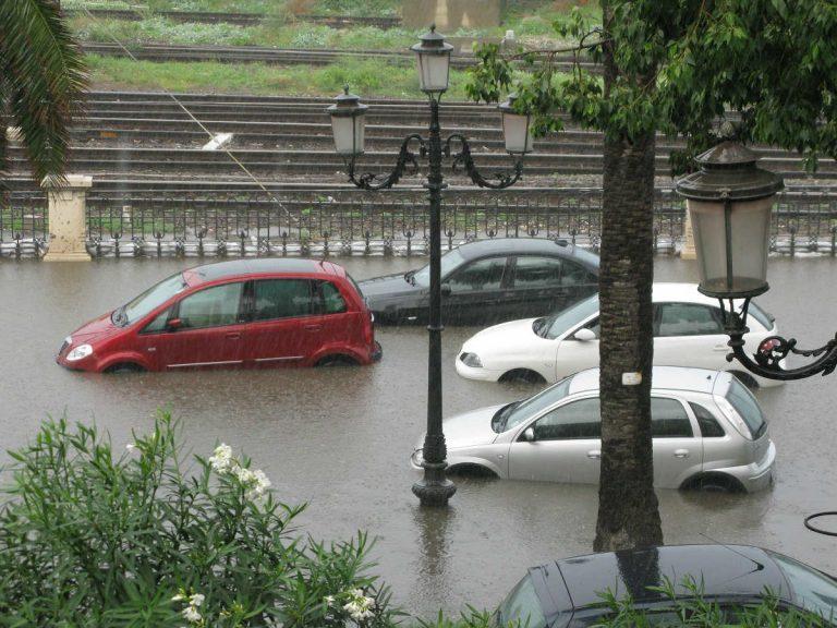 Nubifragio a Parma: fiumi di acqua e fango invadono la città. Allagamenti e traffico in tilt
