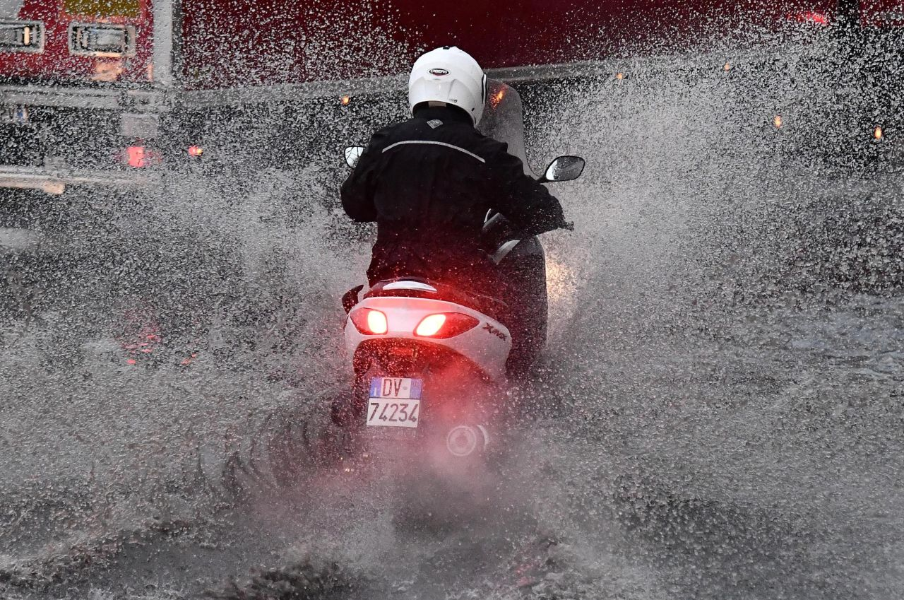 METEO - Fiumi di ACQUA e FANGO TRAVOLGONO le strade con DISAGI PESANTI e circolazione in TILT al Nord ITALIA, i dettagli