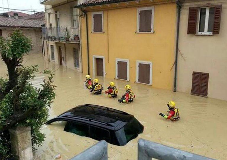 METEO – Violento NUBIFRAGIO colpisce Ancona e provoca ALLAGAMENTI e danni ingenti. Super lavoro dei Vigili del Fuoco