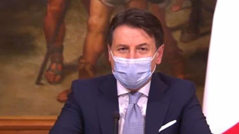 """Coronavirus, Conte su Natale e Capodanno: """"Escludo veglioni e abbracci"""", le parole del premier"""