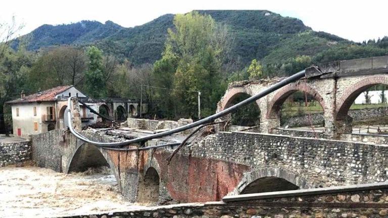METEO – Ancora PIOGGE e NUBIFRAGI a Crotone e nel crotonese: CROLLA un ponte a Melissa, i dettagli