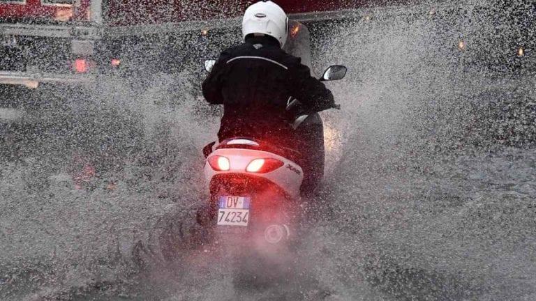 METEO – Violento NUBIFRAGIO si abbatte su Licata, in Sicilia: strade come fiumi e forti DISAGI alla viabilità