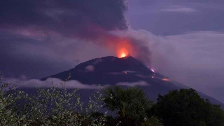 Violenta eruzione del vulcano Lewotolok in Indonesia: migliaia di persone in fuga. Ecco cosa sta succedendo