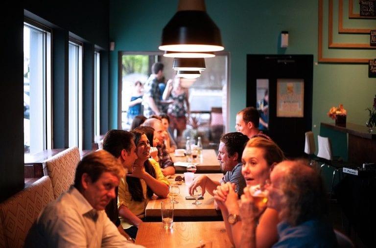 Coronavirus, in Veneto mascherine anche al tavolo del bar e un cliente per volta nei negozi: la nuova ordinanza di Zaia