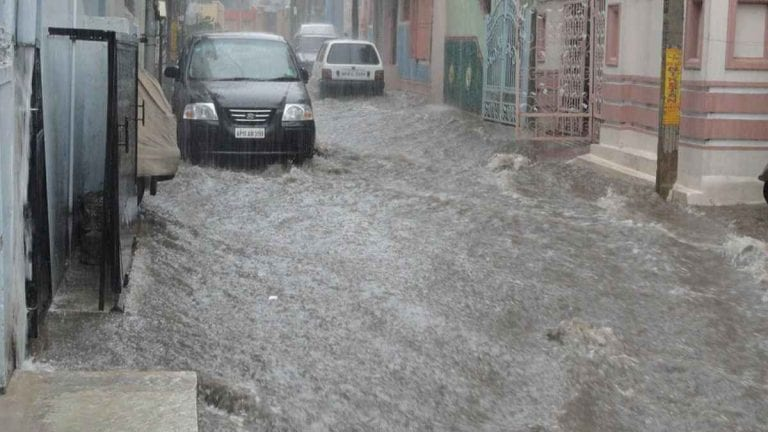 METEO – Violento NUBIFRAGIO colpisce la città di Reggio Calabria: strade sott'acqua e danni ingenti