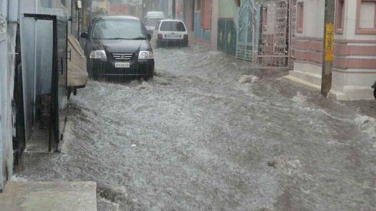 METEO – NUBIFRAGI colpiscono la Toscana: disagi a Viareggio, crolla un tetto a Seravezza, evacuata una famiglia, i dettagli