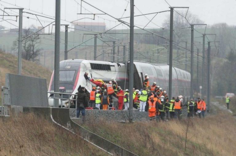 Treno carico di passeggeri si schianta contro un albero tra Dundee e Perth, Scozia: almeno un ferito, soccorsi in azione