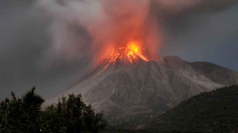 Paura ai Caraibi, il vulcano rischia di esplodere, al via l'evacuazione di migliaia di cittadini: cosa sta succedendo (VIDEO)