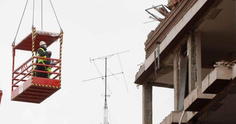 METEO – Il MALTEMPO flagella l'ITALIA: DANNI a Teramo, dove è crollato parte di un balcone, i dettagli