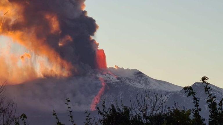 Etna, nuova eruzione del vulcano nella notte di oggi, 18 febbraio 2021:flusso di lava verso la valle del Bove, pioggia di cenere sull'acese