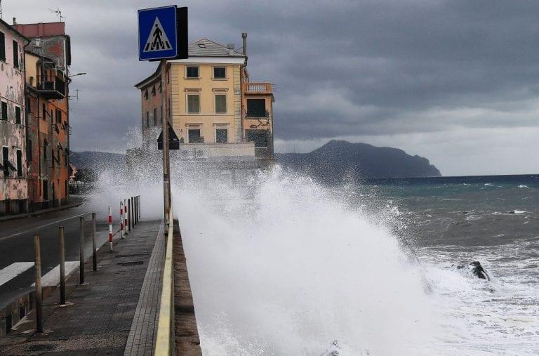 METEO – Forte MALTEMPO in Sicilia: vento BURRASCOSO e violente MAREGGIATE isolano le Eolie, i dettagli