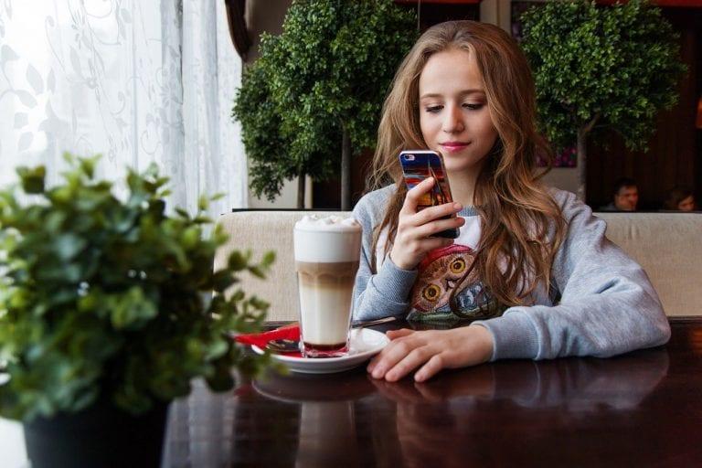 La modalità notturna dello smartphone non favorisce il sonno: ecco perché