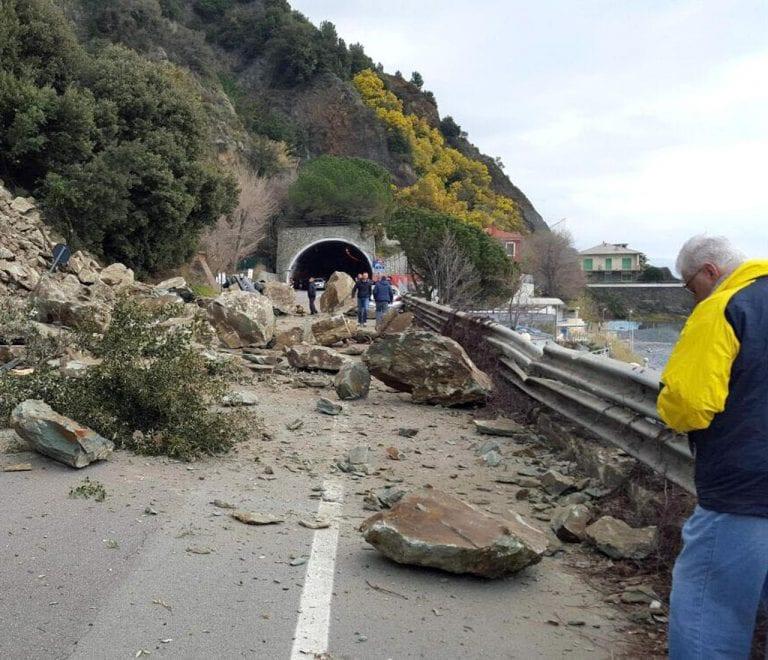 METEO – Forte MALTEMPO si abbatte in Liguria: una FRANA TRAVOLGE lo spezzino, chiusa una strada