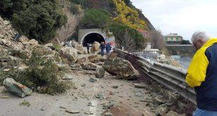 METEO - Forte MALTEMPO si abbatte in Liguria: una FRANA TRAVOLGE lo spezzino, chiusa una strada